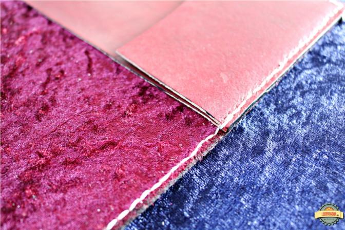 Die Innenseite des Ledercovers ist mit rotem Samtstoff bezogen.