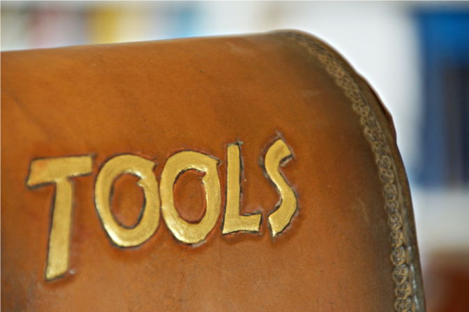 "Punziertes Wort ""Tools"" im Indiana Jones Style. (C.B.)"