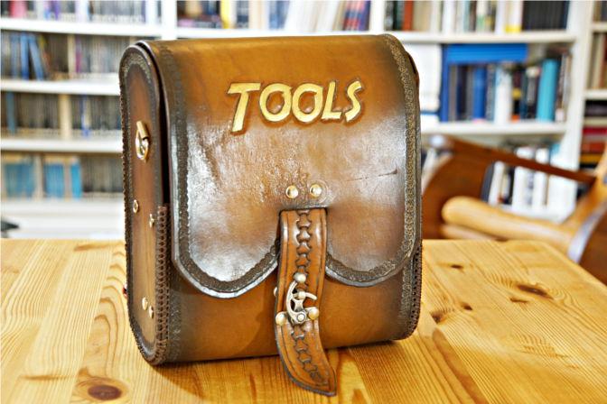 Große Umhängetasche aus Leder für mein Werkzeug. (C.B.)