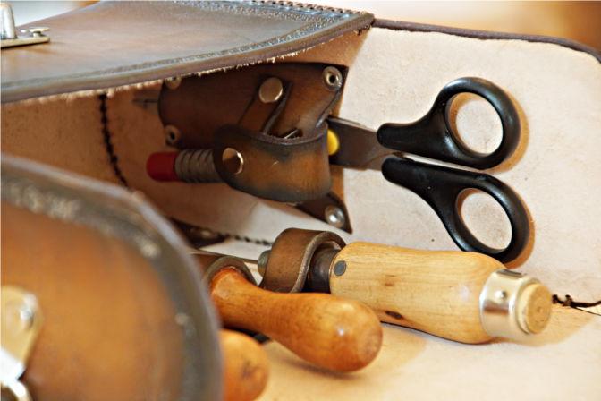 Im Inneren der Umhängetasche aus Leder gibt es zahlreiche Halterungen für Lederwerkzeuge. (C.B.)