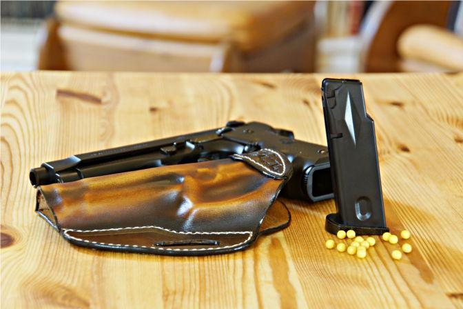 Lederholster Gesamtbild mit Pistole, Magazin und BBs. (C.B.)