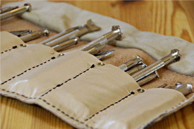 Werkzeugrolle aus Leder mit Blick auf die Fächer mit Punziereisen. (C.B.)