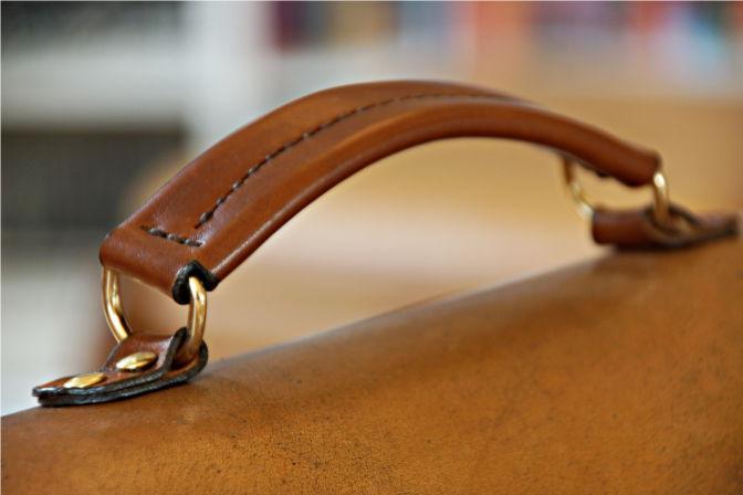 Der Ledergriff wurde extra angefertigt und ist an D-Ringen aus Messing befestigt. (C.B.)