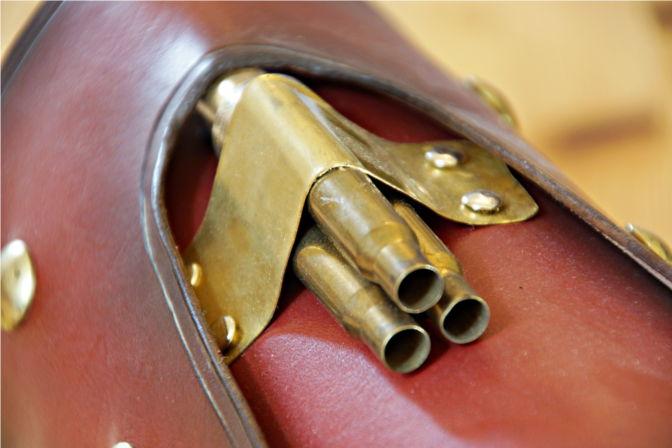 Kanonenaufsatz auf der Armschiene - zusammengebaut aus alten Patronenhülsen. (C.B.)