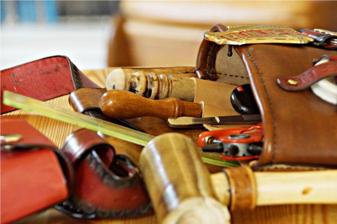Gürteltasche mit Werkzeug bestückt. Auch der Rohhauthammer hat seinen Platz. (C.B.)