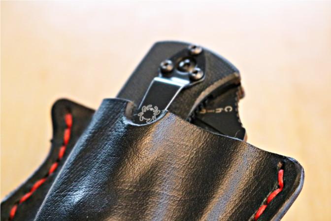 Spyderco Messer in Lederhülle. Das Logo ist in der Mitte der Aussparung.