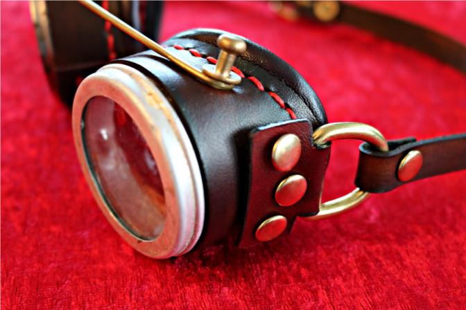 Steampunk Goggles von der Seite mit Bügelhalterung und Messingdraht.