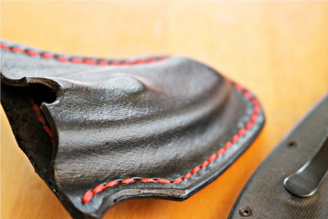 Lederhülle für das Spyderco Messer mit Rundung für komfortableres Ziehen.