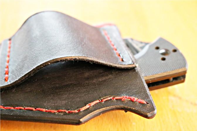 Rückseite der Lederhülle. Ein einfaches Lederstück ermöglicht die Befestigung am Gürtel.