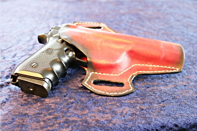 Beretta im roten Holster. Viele wichtige Teile sind geschützt.