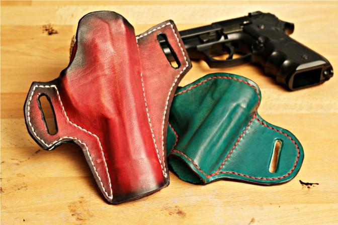 Zwei Holster aus Leder für die Beretta 92 FS.