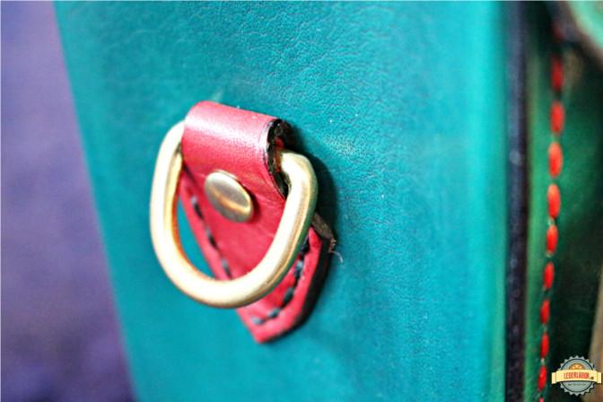 Seitenapplikation: D-Ring aus Messing für die Befestigung eines Trageriemens.