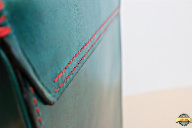 Rückseite mit doppelter Naht zur Befestigung des Deckels am Taschenkörper.