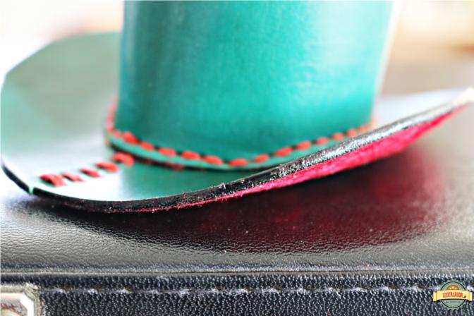 Details und Kantenfinish des grünen Zylinders. Links ist erkennbar, wo die Krempe erneut vernäht wurde.