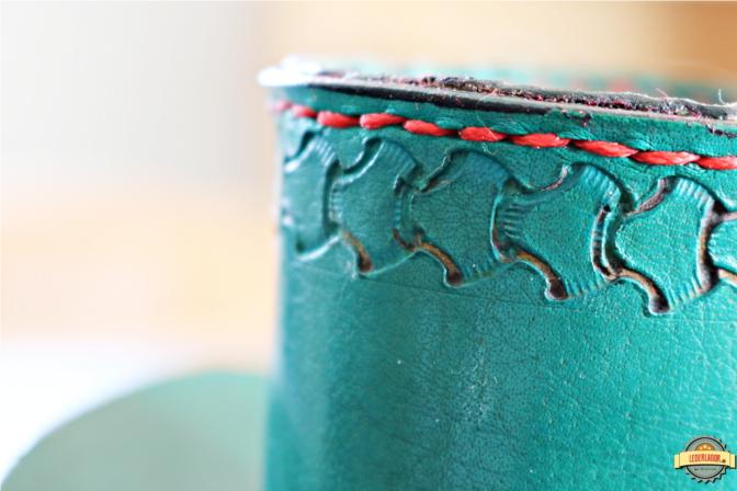 Details der Punzierarbeit im oberen Bereich des grünen Minizylinders.
