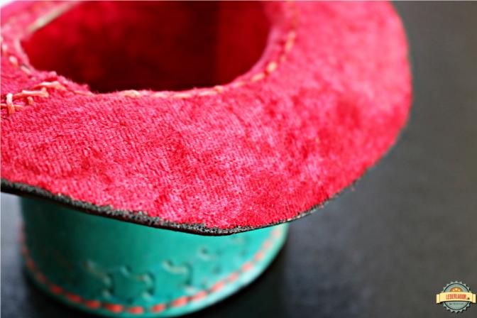 Das Innere des Minizylinders ist mit rotem Samtstoff ausgekleidet.