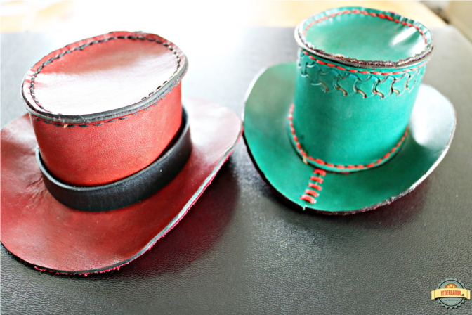 Zwei Minizylinder aus Leder. Der Durchmesser der Krempen beträgt jeweils 14 cm.