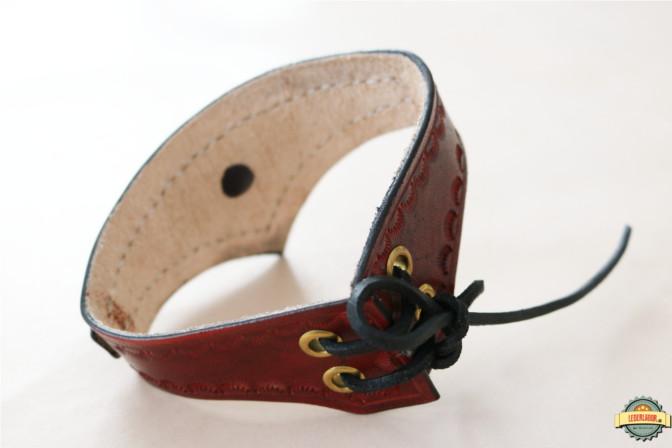 Lederchoker in braun - Ansicht von hinten mit Schnürung.