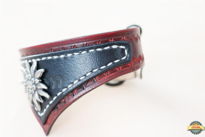 Seitenansicht auf den braunen Lederchoker - ebenfalls mit den erkennbaren Punzierungen.