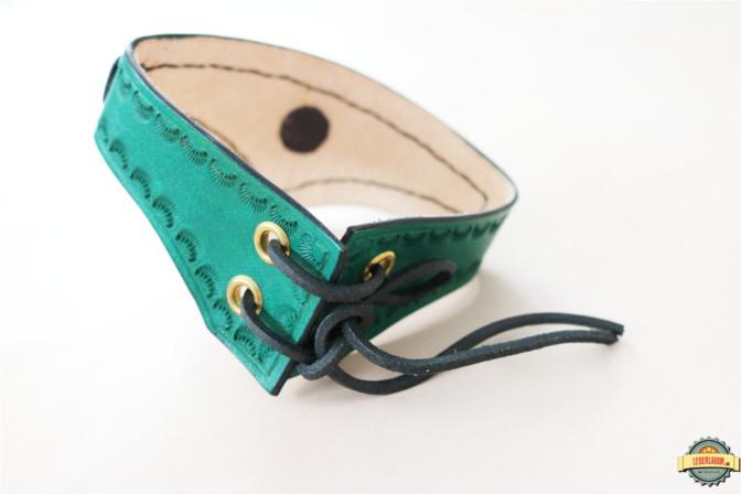 Lederchoker in grün - Ansicht von hinten mit Schnürung.