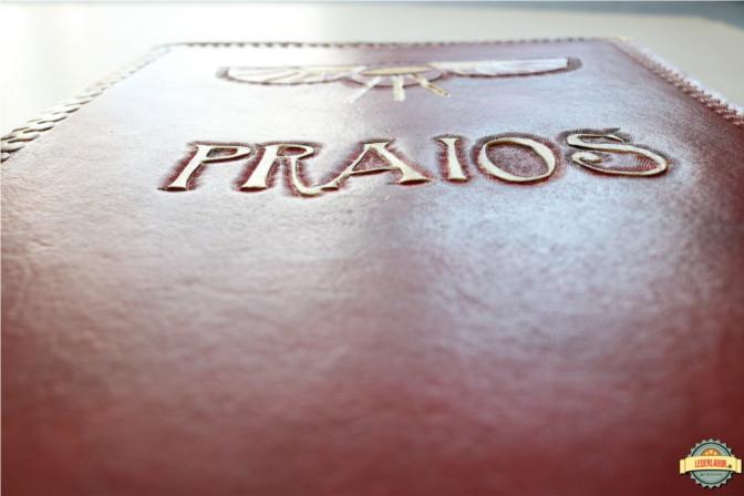 Schriftzug in Gold: Praios. Die Punzierung wurde mit goldener Acrylfarbe bemalt.