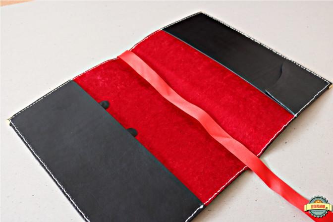 Der innere Teil ist mit rotem Samtstoff ausgekleidet.