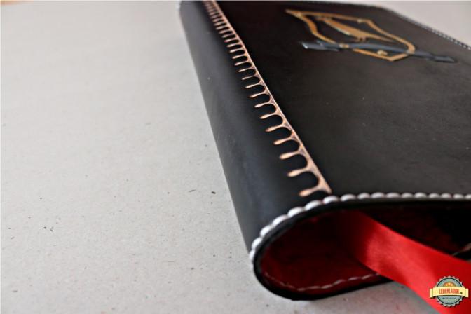 Buchrücken des Ledercovers.