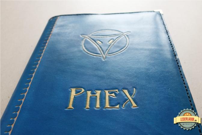 Ledercover mit dem Motiv der Gottheit Phex.