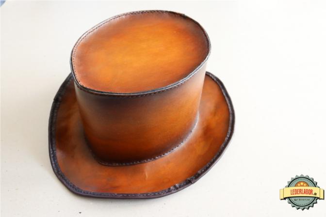 Handgefertigter Zylinder aus Leder im Steampunk Stil.