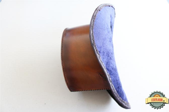 Seitenansicht des Lederzylinders mit Blick auf den blauen Samtstoff im Inneren.