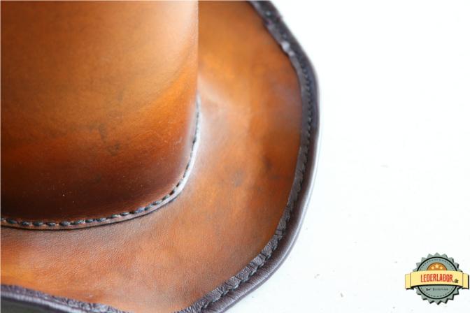 Vorderer Bereich des Lederzylinders mit Blick auf die Kronennaht und den Saum.