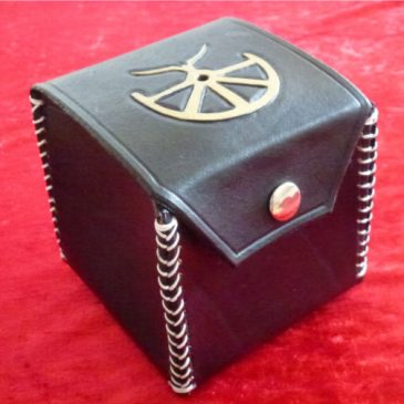 Boron-Box – Eine handgefertigte Box aus Leder für Rollenspielzubehör