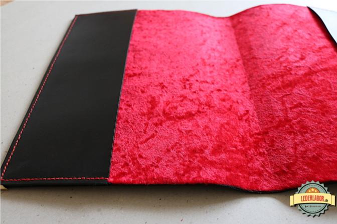 Die Innenseite des Nyarlathotep Ledercovers ist mit rotem Samt bezogen.