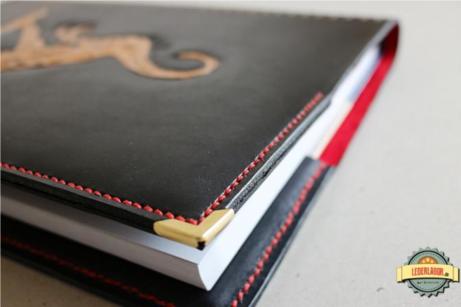 Gefinishte Kanten und Buchecken aus Messing runden das Ledercoverdesign ab.