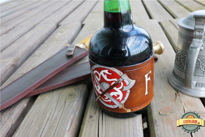 Premer Feuer Lederband um eine Flasche Portwein. Das kommt der Sache schon näher...