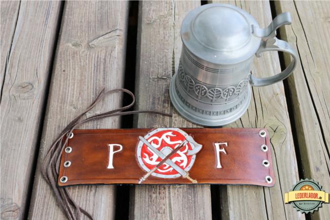 Das Lederband Premer Feuer passt auf alle möglichen Flaschen und Krüge - dank Lederschnürung.