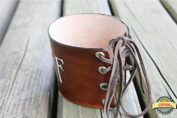 Das Lederband ohne Ihhalt verschnürt. Die oberen und unteren Kanten sind mit einem Kote versiegelt.