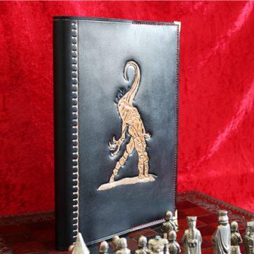 Nyarlathotep Ledercover für Bücher im A4 Format – Cthulhu-Mythos zum Anfassen