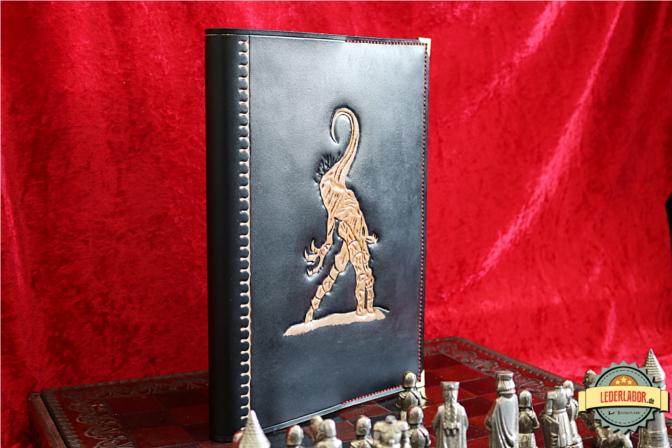 Nyarlathotep, der größte Schachspieler des Universums auf einem A4 Buchvover aus Leder.