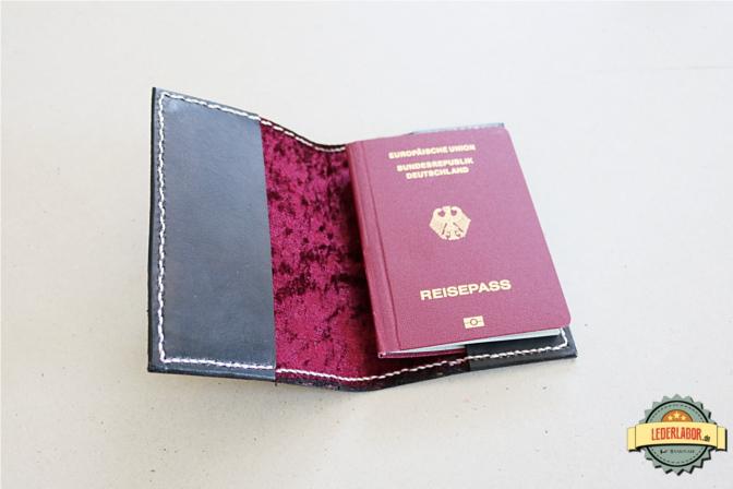 Der Reisepass kann auf beiden Seiten befestigt werden.