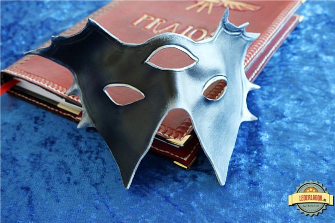 Die Maske des Meisters. Im spiegelnden Licht sieht man die Details der Gesichtsformung.