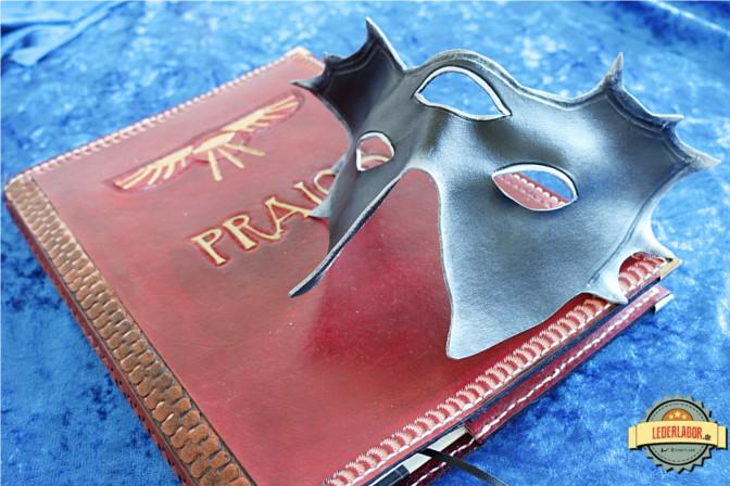 Die Maske des Meisters auf dem Praios Ledercover aus dem Lederlabor. Passt!