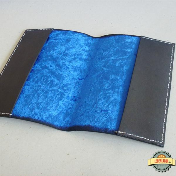 Das Innere des E.O.D. Covers ist mit blauem Pannesamt bezogen.