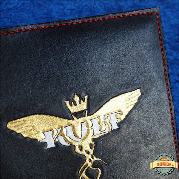 Kult: Divinity Lost Logo auf der Front des Ledercovers.
