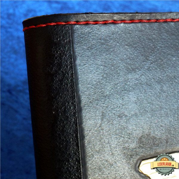 Buchrücken des Kult Ledercovers mit unregelmäßiger Punzierung.