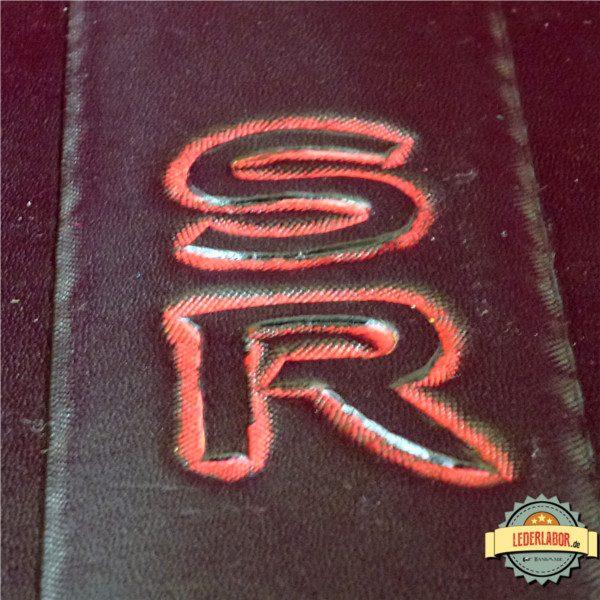 SR - Shadowrun Buchstaben als Punzierabeit und mit Blockfärbung.