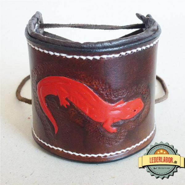 Leicht geöffnetes Armband mit dem roten Salamander.