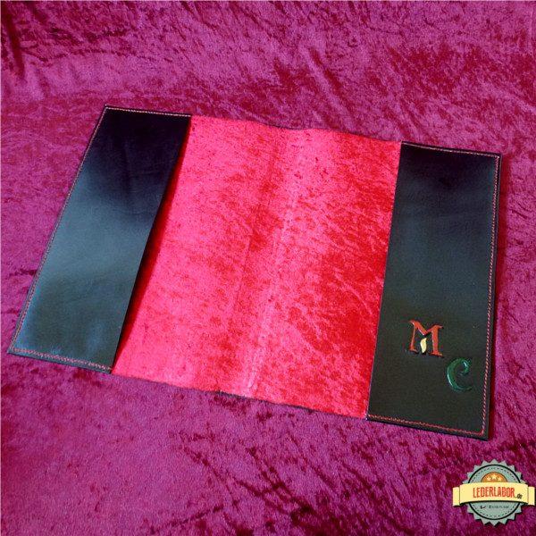 Aufgeschlagene Fotomappe mit rotem Pannesamt.