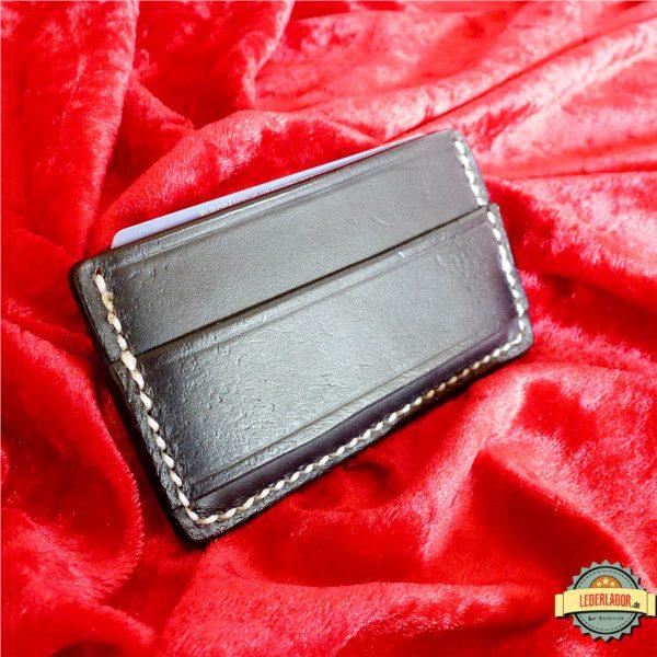 Cash-Strap auf der Minimalist Wallet mit Phex Punzierung.