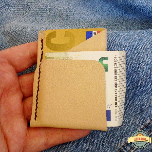 Minimalist Wallet aus einem Stück dünnen Ziegenleder.